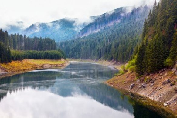 13970557-landscape-with-lake-galbenu-in-parang-mountains-in-romania